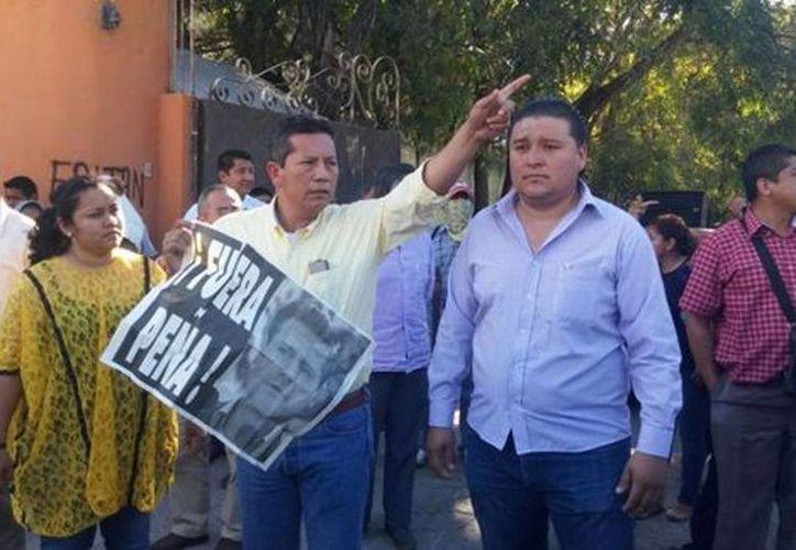 Maestros de la Ceteg obligaron a marchar por dos horas a dirigentes del PRD y de Movimiento Ciudadano. (Milenio)