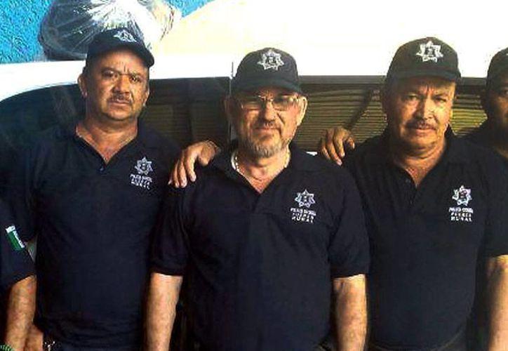 Hipólito Mora (centro), ex líder de las autodefensas de Michoacán e integrante de la Fuerza Rural salió libre este lunes, luego de permanecer poco más de  2 meses en la cárcel, por los hechos ocurridos en La Ruana, en los que fallecieron 11 personas. (Archivo/NTX)