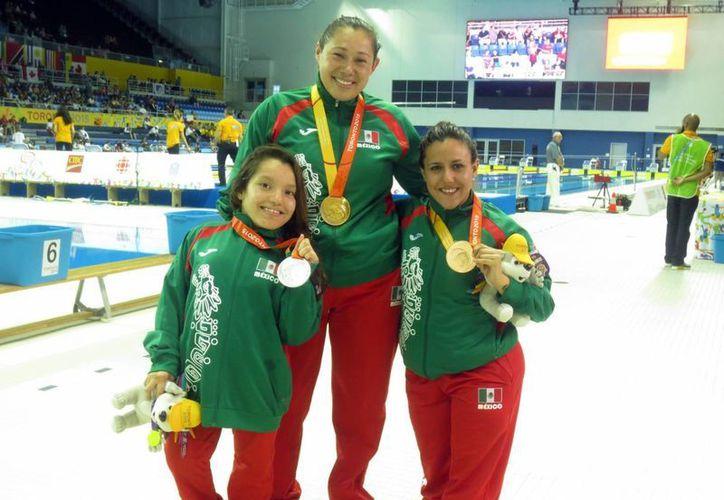 Las mexicanas Doramitzi González, Valeria López y Vianney Trejo acapararon el podio de la natación en los Juegos Parapanamericanos Toronto 2015, en la prueba de los 100 metros estilo libre S6. (Notimex)