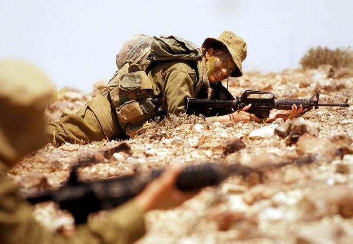 Fotografía cedida por el ejército israelí que muestra a una mujer soldado durante unas maniobras militares. (EFE)