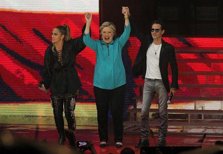 La candidata demócrata Hillary Clinton agradeció su apoyo a los intérpretes JLo y Marc Anthony el sábado en Miami (Twitter: @Hillary_esp)