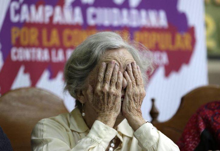 Elena Poniatowska, Premio Cervantes, gesticula durante la conferencia de prensa en la que escritores e intelectuales se sumaron a favor de la consulta por la reforma energética. (Eduardo Verdugo/AP)
