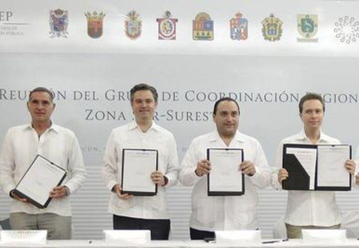 Yucatán (a la izquierda, el gobernador Rolando Zapata), Tabasco, Chiapas, Oaxaca, Guerrero, Campeche y Quintana Roo firmaron el Acuerdo de Cancún, herramienta que contribuirá a consolidar la instrumentación de la Reforma Educativa en la región sur-sureste de país. (Foto cortesía del Gobierno)