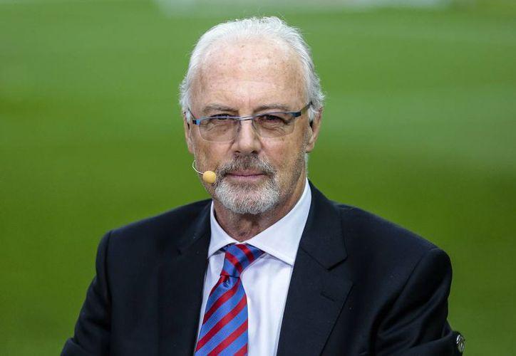 El directivo alemán de futbol, Franz Beckenbauer, implicado en el escándalo de corrupción de FIFA, dijo que incluso firmaba cheques en blanco. (AP)