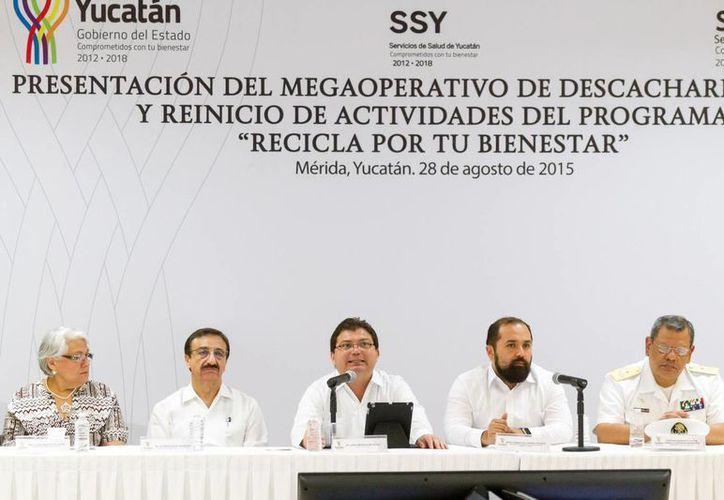 Presentación oficial de  la segunda campaña masiva de descacharrización a través del programa 'Recicla por tu bienestar', para combatir al mosco transmisor de dengue y chikungunya. (Foto cortesía del Gobierno de Yucatán)