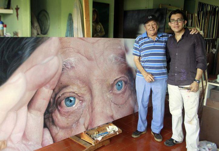 El artista incluye un retrato de su abuelo en su exposición. (Christian Ayala/SIPSE)