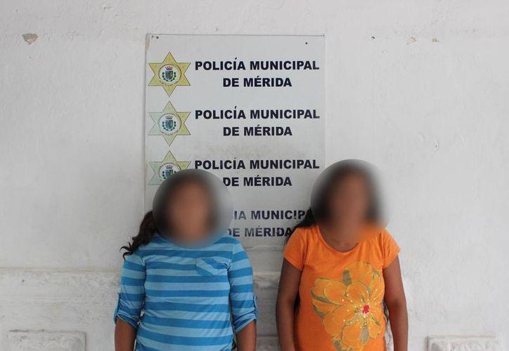 Dos mujeres que al parecer han estafado a varias personas en el Centro de Mérida con billetes de lotería premiados fueron arrestadas este jueves. (Foto cortesía de la Policía Municipal)