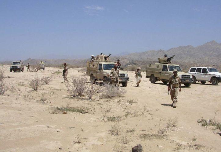 Fotografía facilitada por el Ministerio de Defensa yemení que muestra tropas del Yemen tomando posiciones en la provincia de Abian, en el sur del Yemen. (EFE)