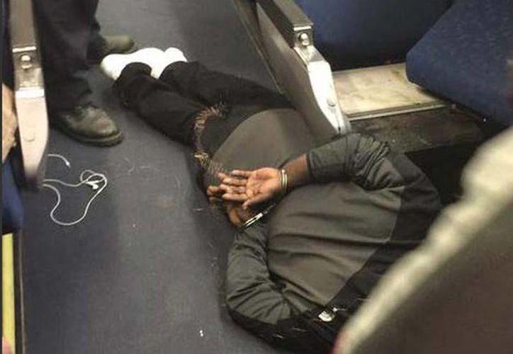 El atacante fue detenido por las autoridades en el interior de uno de los vagones del tren. (Twitter/@ABC7Chicago)