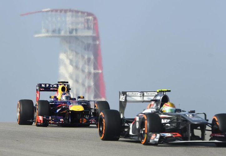 Sebastian Vettel (i), de la escudería Red Bull, y el mexicano Esteban Gutiérrez, de Sauber, en los entrenamientos del GP de EU en Austin, Texas. (EFE)