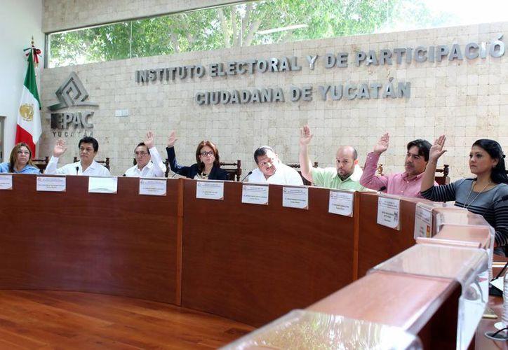 Consejeros electorales del Ipeac durante la aprobación de espacios en medios de comunicación para partidos políticos. (Milenio Novedades)