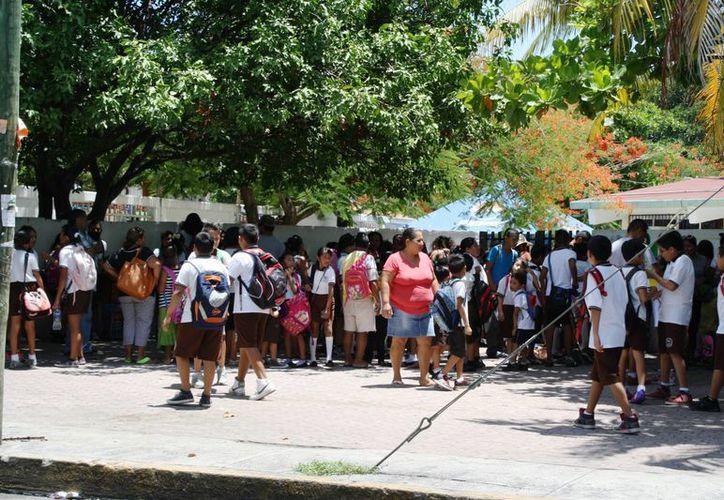 Protección Civil inspecciona las tienditas que se encuentran en las escuelas de Playa del Carmen. (Octavio Martínez/SIPSE)