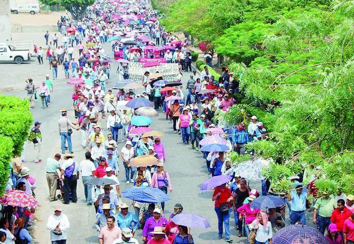 Maestros chiapanecos marcharon el viernes contra la reforma educativa y dejaron sin clases a 274 mil 645 estudiantes de educación básica, por lo que la SEP anunció que les descontará el día. (diariodechiapas.com)