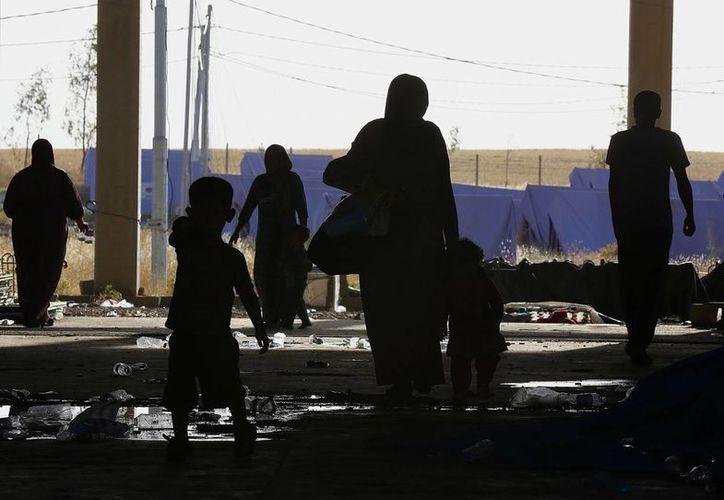 Refugiados iraquíes que huyeron de Mosul y otras ciudades llegan a un campamento temporal fuera de Arbil, norte de Irak. (Agencias)