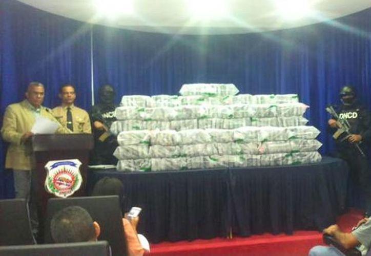 El cargamento de droga fue presentado durante una conferencia de prensa. (twitter/@the_worldface)