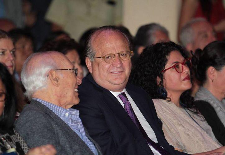 El gobernador de Morelos, Graco Ramírez (c), se postuló para presidente de México, con lo que ahora son dos los funcionarios del PRD que planean ser candidatos. Antes lo hizo Miguel Ángel Mancera. (Notimex)
