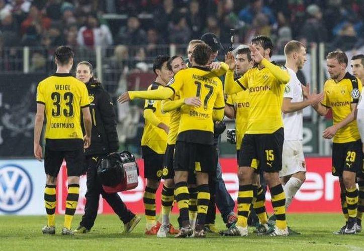 En encuentro disputado en la WWK Arena, el Borussia Dortmund solamente necesitó de cinco minutos para derrotar al Augsburgo y eliminarlo de la Copa de Alemania. (Twitter: @BVB)