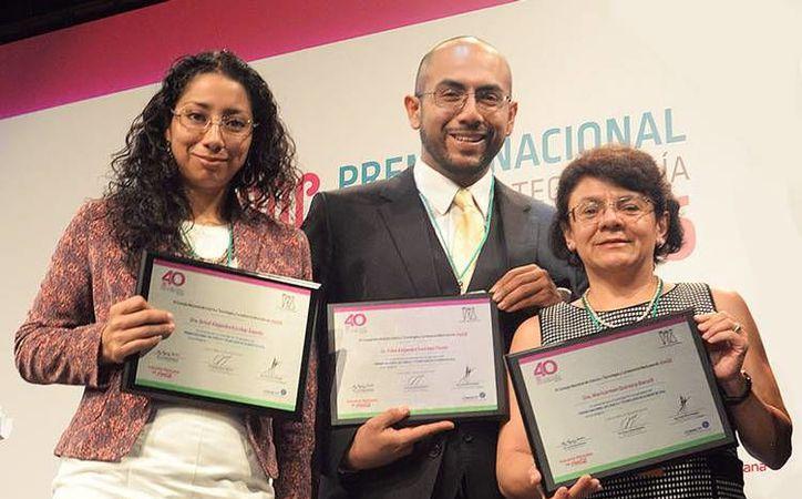 Maricarmen Quirasco Baruch, Grisel Alejandra Escobar Zepeda y Fidel Alejandro Sánchez Flores, investigadores de la UNAM reconocidos con el Premio Nacional de Alimentación. (Foto tomada de gaceta.unam.mx)