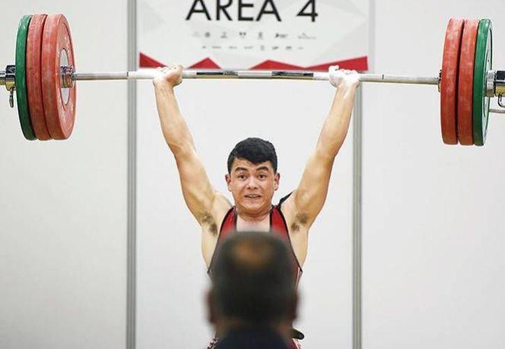 En la foto, joven realiza Halterofilia durante las competiciones de la Olimpiada Nacional. (Notimex)