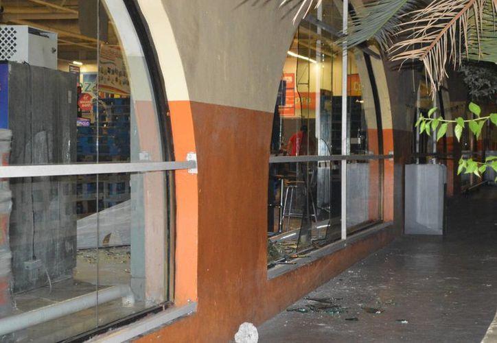 Policías de SSP detuvieron esta madrugada a seis menores de edad que rompieron los cristales de un supermercado en la avenida Itzáes. Empleados del lugar protegieron el lugar para evitar otro acto de esta índole. (Carlos Navarrete/SIPSE)