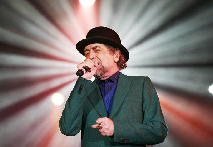De traje verde bandera, camisa azul marino y su característico bombín, fue el primero de sus tres atuendos en el concierto. (Christian Ayala/Milenio Novedades)