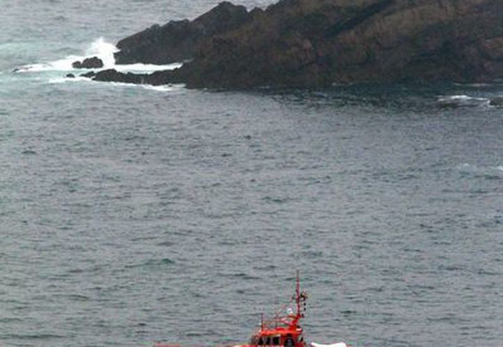 Las labores de búsqueda de dos inmigrantes están perdidos e iban a bordo de la embarcación, sigue tras el naufragio. (EFE)