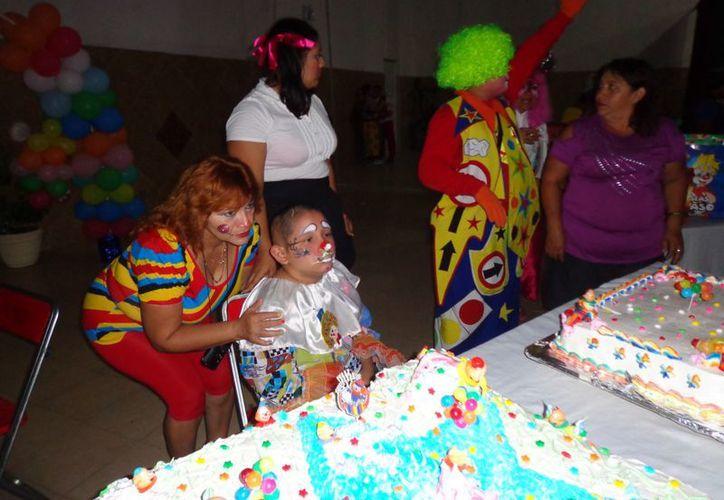 Amigos, familiares y muchas buenas almas generosas se unieron para hacerle a Roberto su fiesta de cumpleaños. (Manuel Pool/SIPSE)