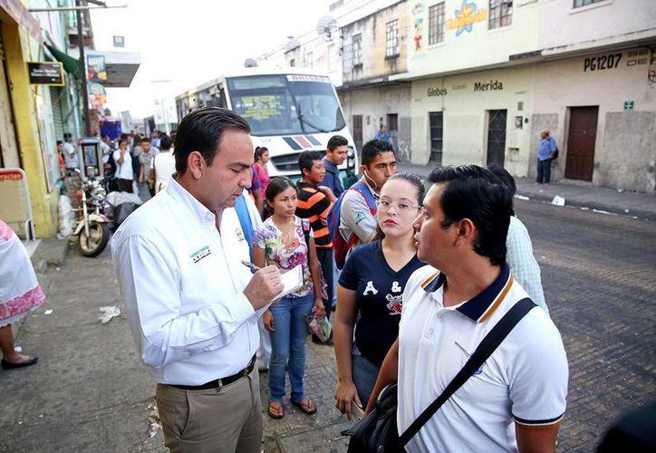 El aspirante tricolor dialogó con estudiantes en paraderos de autobuses. (Milenio Novedades)