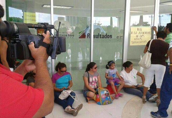 Maestros llegaron a las oficinas de la SEQ. (Jazmín Ramos/SIPSE)