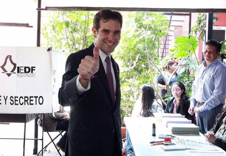 El titular del INE, Lorenzo Córdova, dará un mensaje a las 22:30 horas para dar a conocer el conteo rápido de la elección. En la imagen, el consejero presidente del organismo tras emitir su voto. (Notimex)