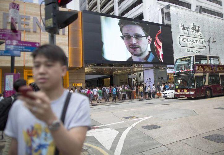 Una pantalla gigante de televisión instalada en una calle de Hong Kong, muestra una imagen de Edward Snowden. (Archivo/EFE)
