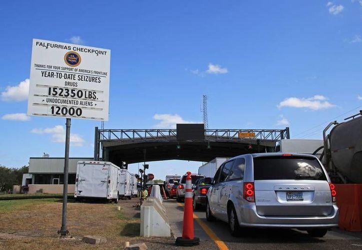 A pesar de los peligros que entraña cruzar de manera ilegal a EU, muchos migrantes lo siguen intentando. En la imagen, un punto de revisión de la Patrulla Fronteriza, a la entrada de Falfurrias, Texas. (Foto de archivo: www.texastribune.org)
