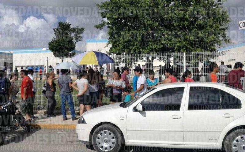 Más de 600 personas han arribado a la zona del Hospital General de Cancún. (Pedro Olivo/ SIPSE)