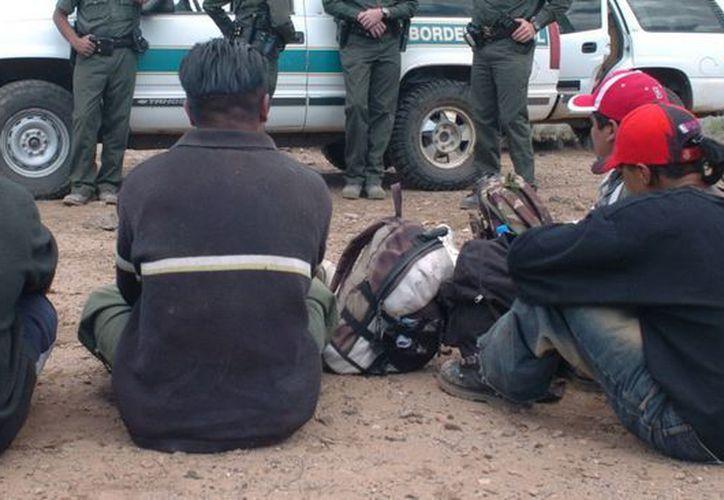 La disposición sobre las licencias a favor de ilegales en California contrasta con una orden que se giró en Arizona. (EFE)