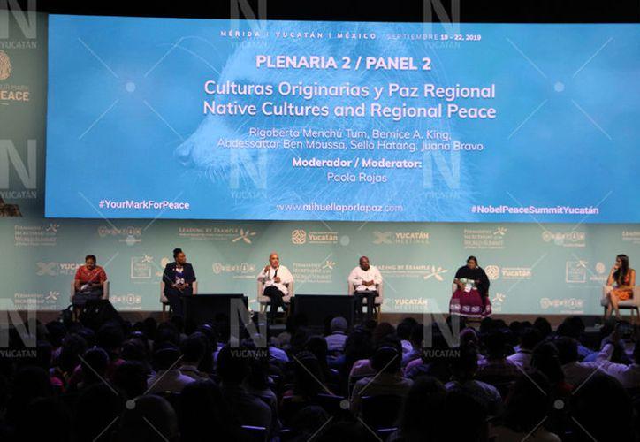 Rigoberta Menchú participó junto a Bernice A. King, Abdessattar Ben Moussa, Sello Hatang y Juana Bravo en la segunda plenaria que fue moderada por la periodista Paola Rojas. (Christian Coquet/Novedades Yucatán)