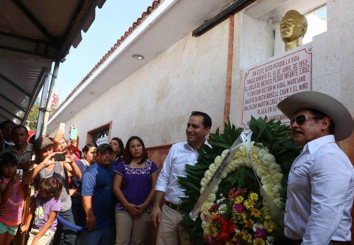 El alcalde de Mérida, Mauricio Vila (i) y el hijo de Pedro Infante, Armando, con la ofrenda floral junto al busto del gran actor y cantante, que falleció hace 59 años en un accidente. (Fotos: José Acosta/Milenio Novedades)