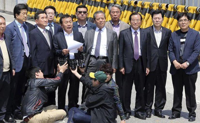 Representantes de las 123 compañías que operan en el complejo de Kaesong comparecen ante los medios en la frontera con Corea del Norte, pidiendo a Pionyang que se retomen las actividades el pasado 30 de abril. (EFE)