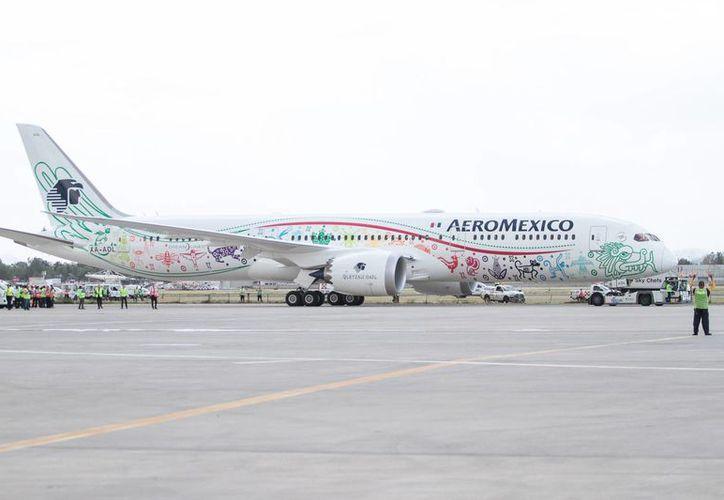 Imagen del 12 de Octubre de 2016, del primer Dreamliner 787-9 Quetzalcóatl de Aeroméxico, tras aterrizar en el AICM procedentes de Seattle, EU. El Departamento del Transporte de EU aprobó de manera preliminar la fusión entre las aerolíneas Delta y Aeroméxico para operar vuelos entre ese país y México.(Archivo/Notimex)