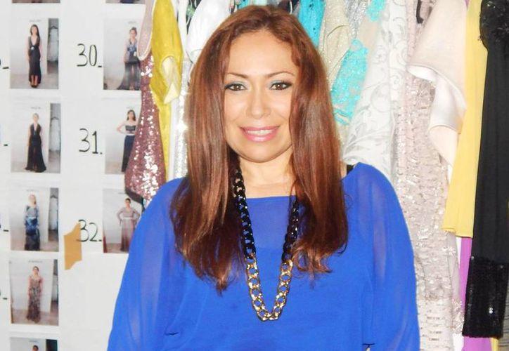 La diseñadora Adriana Talavera asegura que a los yucatecos les gusta usar telas naturales como el algodón, el lino, porque son prendas que transpiran. (Facebook Adriana Talavera Couture)