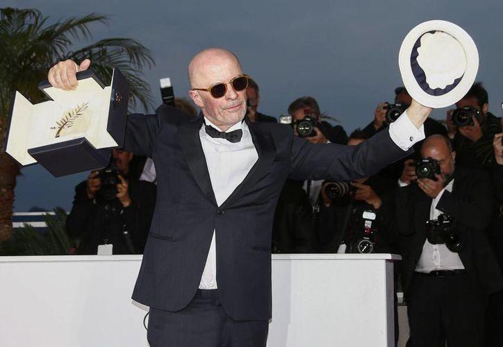 El director francés Jacques Audiard posa para los fotógrafos con la Palma de Oro por 'Dheepan' durante la clausura de la 68 edición del Festival de Cannes, en Cannes (Francia) hoy 24 de mayo de 2015. (EFE)