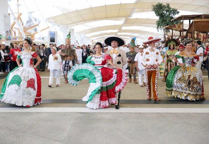 El ballet de Carlos Acereto recibió elogios por parte de los italianos al presentar estampas mayas y jaranas a las puertas del auditorio, donde se realizó un concierto . (Milenio Novedades)