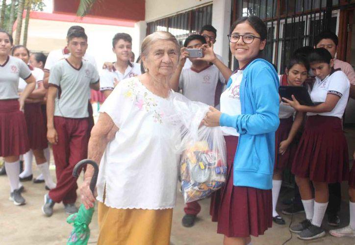 Lograron beneficiar a 110 personas, principalmente abuelitos de escasos recursos y con alguna discapacidad. (Jesús Caamal/SIPSE)