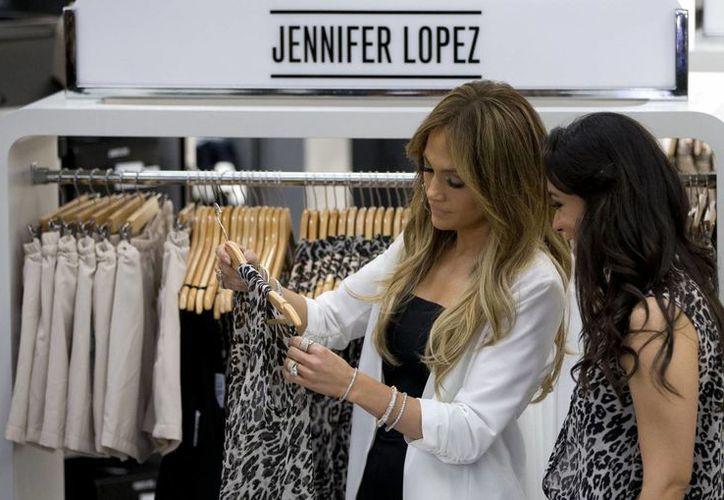 Jennifer López durante su visita a México para promocionar su línea de ropa. (Foto: AP)