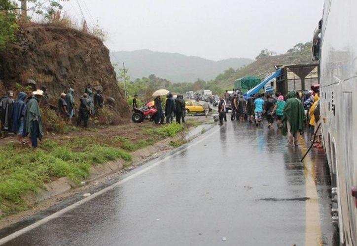 Continúa cerrada la carretera Acapulco-Zihuatanejo; se cumplen 24 horas. (Milenio)