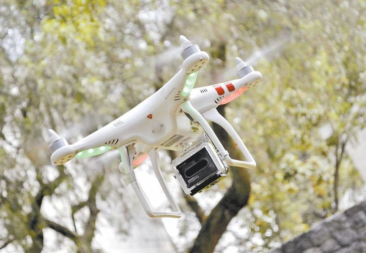 El dispositivo aéreo pesa 1.3 kilogramos, tiene un alcance de 300 metros y se maneja a control remoto. (Milenio)