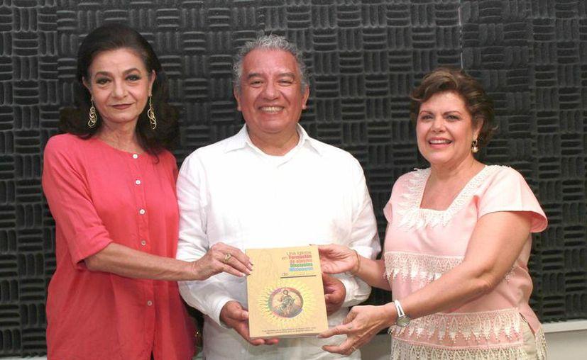 Marilis Escalante, sacerdote Programa, Javier Prado, y Alis García; el padre fue invitado de honor del programa de radio 'Savemos una vida'. (Jorge Acosta/SIPSE)