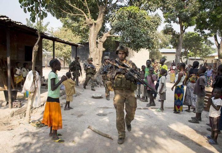 Soldados franceses de la unidad MISCA patrullan las calles de Bangui, República Centroafricana. (EFE)