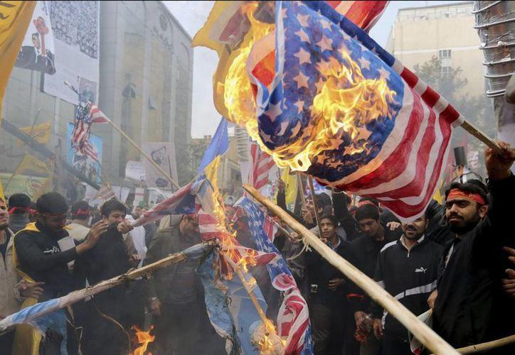 Manifestantes iraníes efectúan una violenta demostración en un nuevo aniversario de la toma de la embajada de EU en Teherán. (EFE)