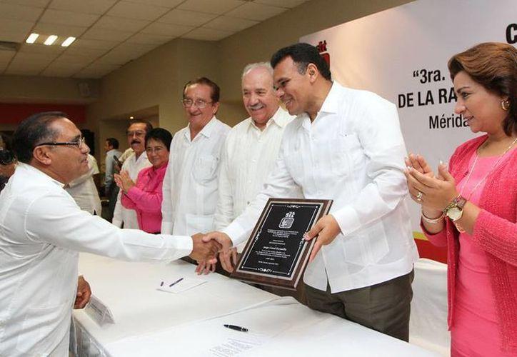 El Gobernador estuvo ayer con los locutores, a quienes entregó reconocimientos por sus años de servicio. (Cortesía)