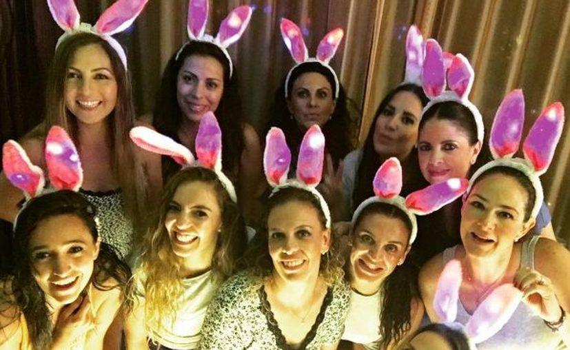 Amigas de la cantante se unieron para celebrar la 'despedida de soltera'. (Instagram)